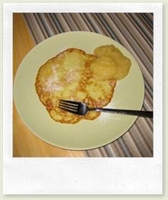 Kartoffelpuffer mit Apfelmus und Zucker